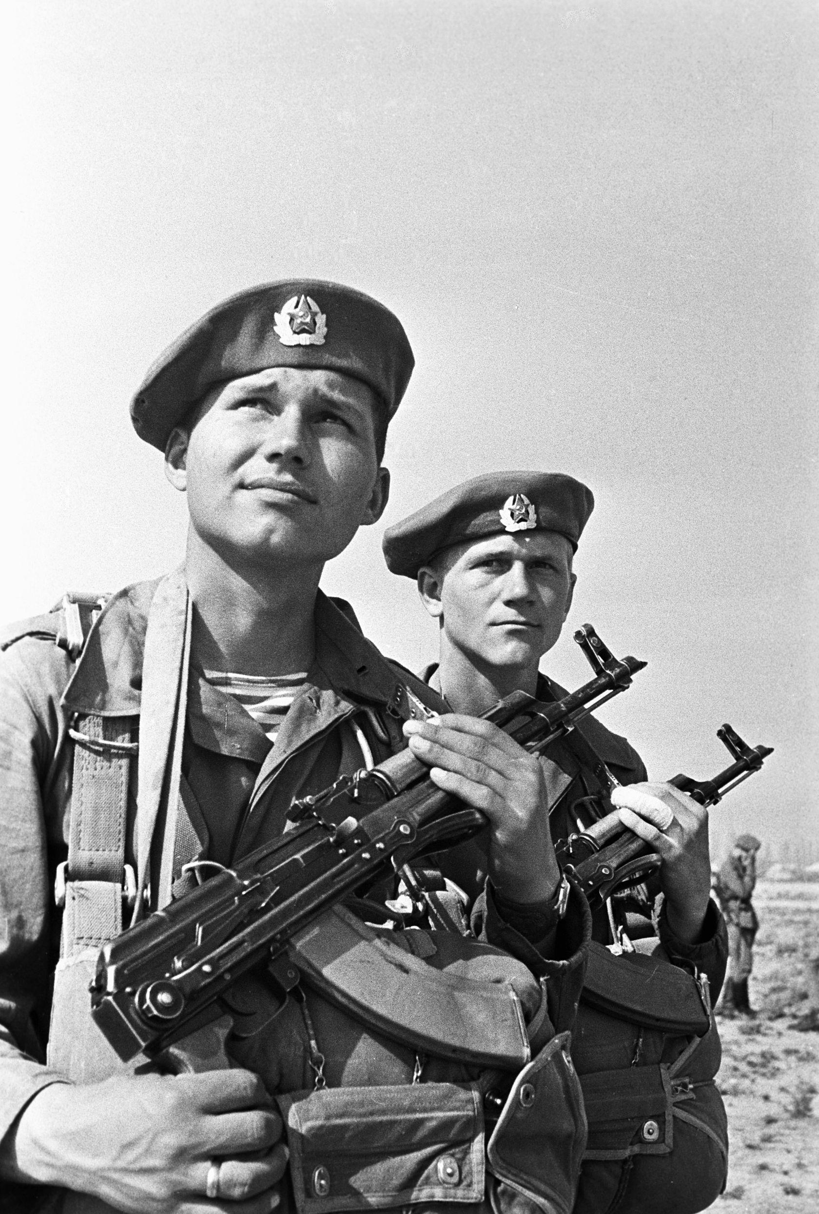 Para aqueles que serviam o Exército em regiões quentes da Ásia Central foi  desenvolvido um uniforme especial  um chapéu tipo panamá com abas para  substituir ... d6528f9fd44